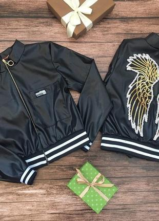Укороченная куртка экокожа с любимой нашивкой