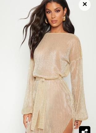 Золотое плессированное платье с длинными, объемными рукавами