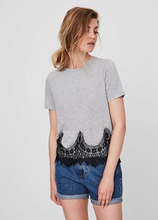 Cерая футболка с кружевом внизу vero moda