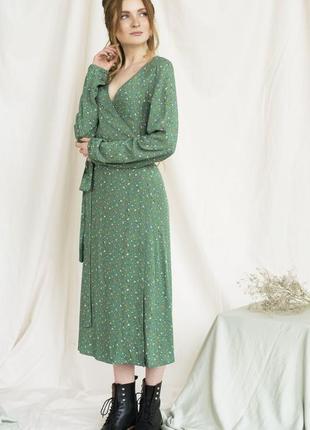 Зеленое платье на запах с цветочным принтом