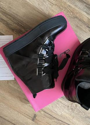 Шикарные демисезонные итальянские кожаные эффектные черные женские ботинки на платформе