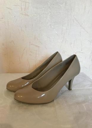 Бежевые туфли на невысоком каблуке