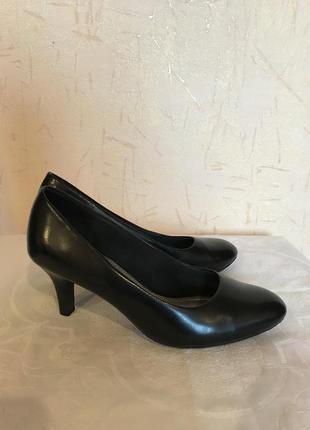 Чёрные туфли на невысоком каблуке