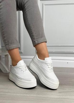 Белые слипоны на платформе со шнуровкой