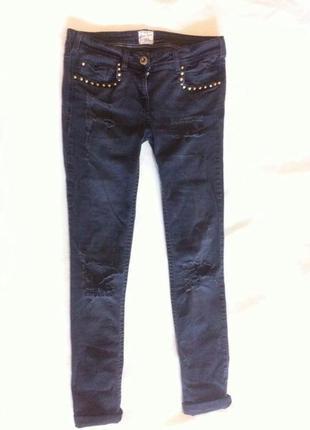 Узкие джинсы скинни с заклепками