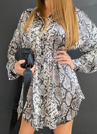Платье рубашка принт серый питон