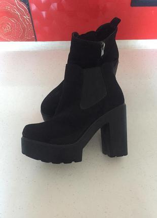 Ботинки на високом каблуку.