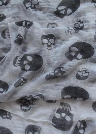 Стильный платок шарф средних размеров с черепами