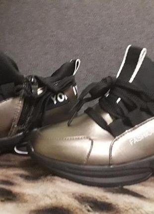 #розвантажуюсьновые легкие кроссовки на танкетке