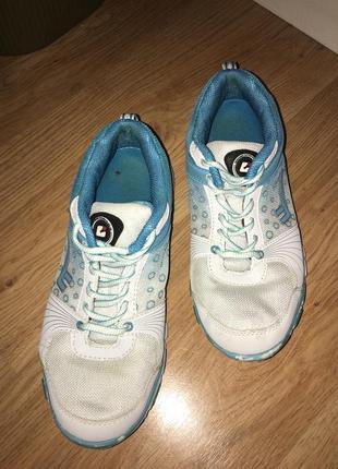 Біленькі кросівки з голубими вставками