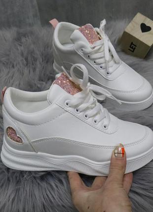 Белые сникерсы
