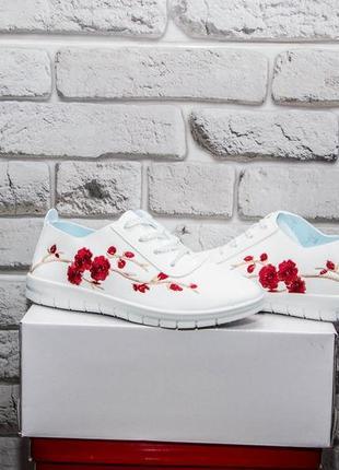 Білі кроси з вишивкою