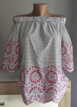 Шикарная блузка с перфорацией и опущенными плечами