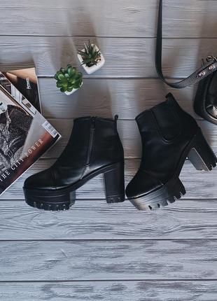 Стильные черные ботинки на тракторной подошве