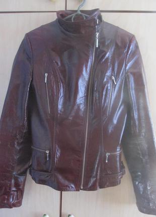 Стильная, крутая, короткая, лакированная куртка весна осень.
