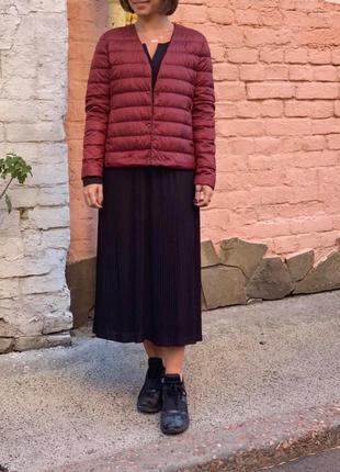 Темно-красная ультралегкая куртка на пуху от uniqlo