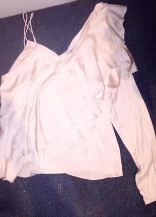 Оригинальная блуза с одним рукавом и рюшами