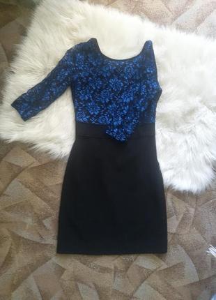 Черное платье с синим кружевом.