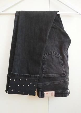 Серые джинсы с подворотами zara