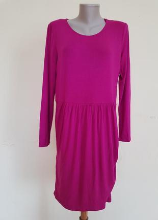 Красивое трикотажное платье цвета фуксии
