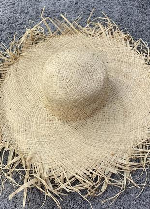 Широкополая соломенная шляпа посатаная с бахромой