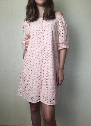 Нежное платье с рукавами фонариками и открытыми плечами