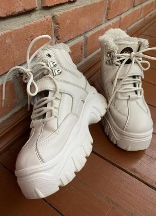 Белые зимние ботинки кроссовки на высокой подошве