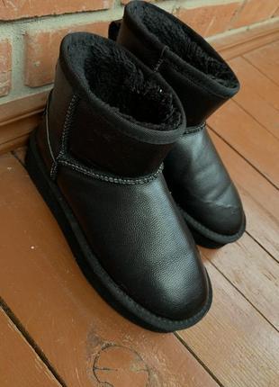 Чёрные кожаные угги на высокой подошве