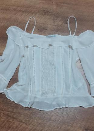 Блуза на бретелях с опущеннымы плечами и воланом