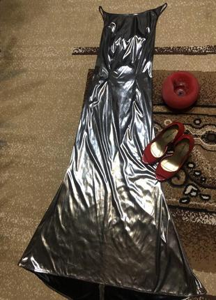Роскошное серебристое платье с открытой спиной.