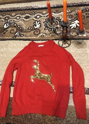 Тёплый и красивый свитер красного цвета с золотым оленем.