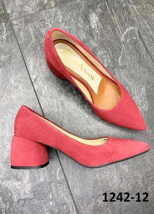 Замшевые туфли с острым носком
