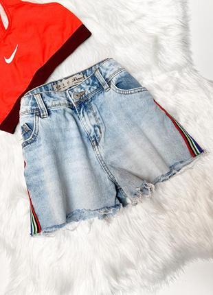 Модные джинсовые шорты,голубого цвета с лампасами!