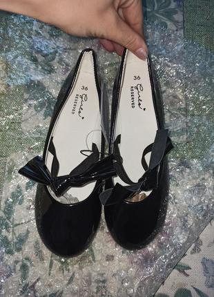 Нарядні лакові туфельки на дівчинку reserved 22см 36р.  259 грн