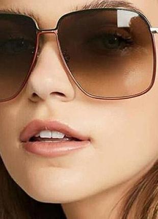 Крупные квадратные солнцезащитные очки с золотой оправой и линзой коричневый градиент