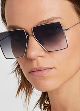 Солнцезащитные очки-квадраты серый градиент со скошенным углом и серебряной оправой