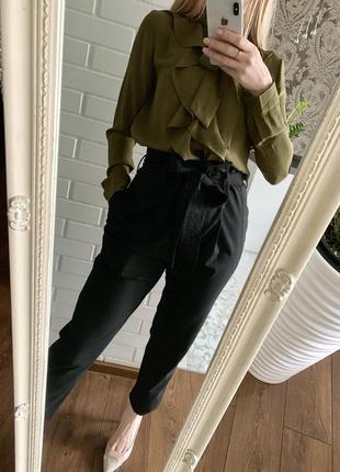 Чёрные брюки на поясе высокая посадка