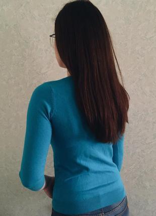 Голубой джемпер на пуговицах