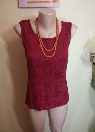 Ярка бордовая блуза с переливающимся принтом