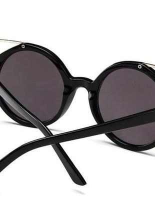 Крепкие пластиковые черные очки с круглой дымчатой линзой и металлическими ушками5 фото