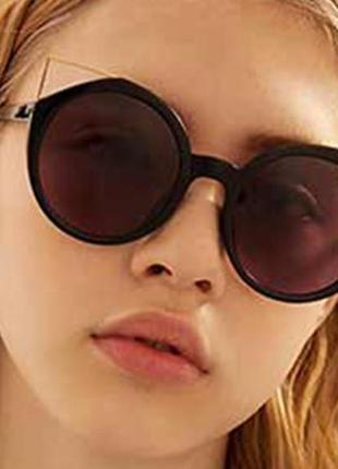 Крепкие пластиковые черные очки с круглой дымчатой линзой и металлическими ушками2 фото