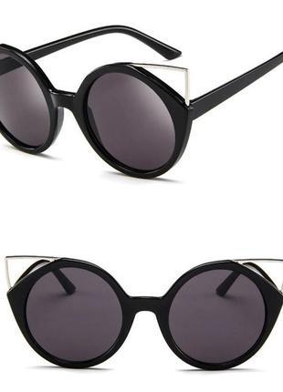Крепкие пластиковые черные очки с круглой дымчатой линзой и металлическими ушками3 фото