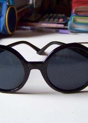 Крепкие пластиковые черные очки с круглой дымчатой линзой и металлическими ушками7 фото
