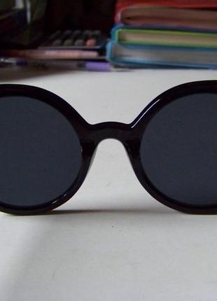 Крепкие пластиковые черные очки с круглой дымчатой линзой и металлическими ушками10 фото