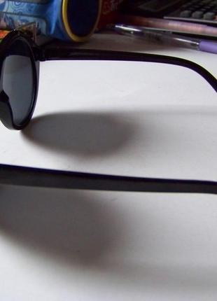 Крепкие пластиковые черные очки с круглой дымчатой линзой и металлическими ушками9 фото