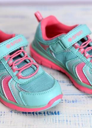 Легкие стильные кроссовки для девочки.