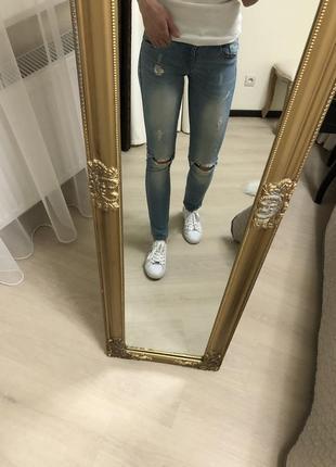 Голубые джинсы скинни с дырками , италия 34 р.