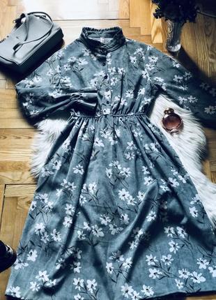Сіре жіноче довге плаття в квіти на гудзика
