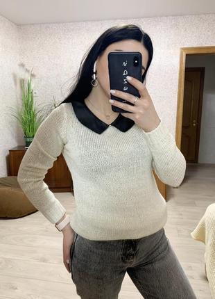 Стильный свитер с воротником из эко кожи