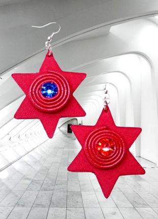 Красные кожаные серьги звезда давида с красным и синим камнями.